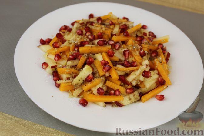 Фото приготовления рецепта: Салат из тыквы с яблоками, медом и орехами - шаг №9