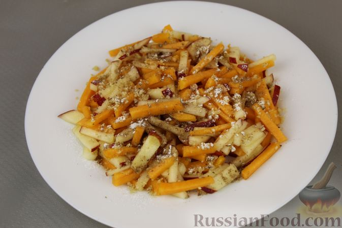 Фото приготовления рецепта: Салат из тыквы с яблоками, медом и орехами - шаг №8