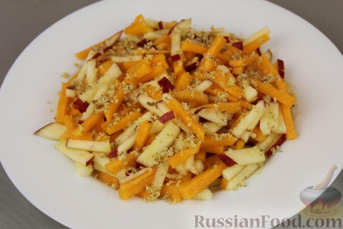 Фото приготовления рецепта: Салат из тыквы с яблоками, медом и орехами - шаг №7