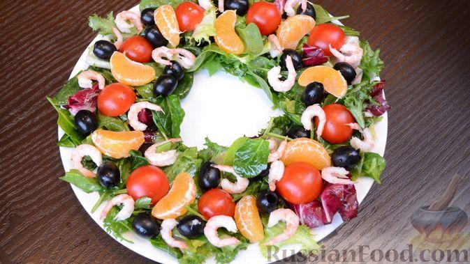 """Фото к рецепту: Салат """"Рождественский венок"""" с креветками и мандаринами"""