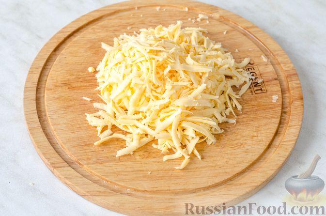 Фото приготовления рецепта: Салат с ананасами, сыром и виноградом - шаг №3
