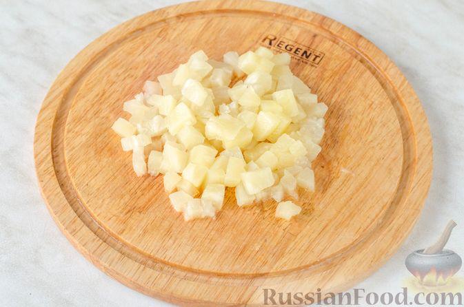 Фото приготовления рецепта: Салат с ананасами, сыром и виноградом - шаг №4