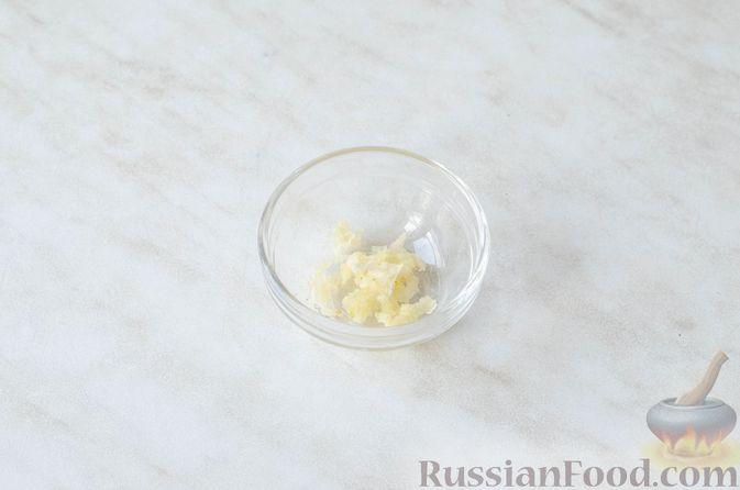 Фото приготовления рецепта: Салат с ананасами, сыром и виноградом - шаг №5