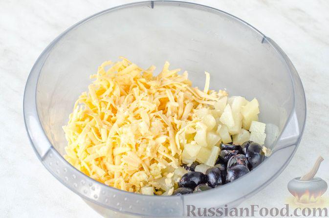 Фото приготовления рецепта: Салат с ананасами, сыром и виноградом - шаг №6