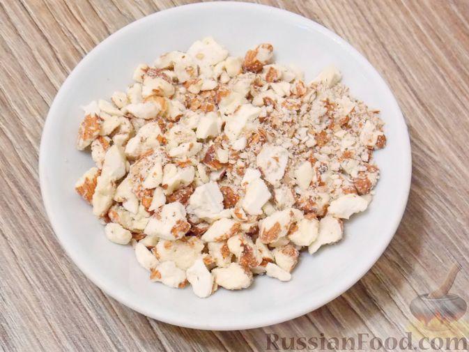Фото приготовления рецепта: Конфеты из белого шоколада, сгущёнки, орехов и вяленой клюквы - шаг №2