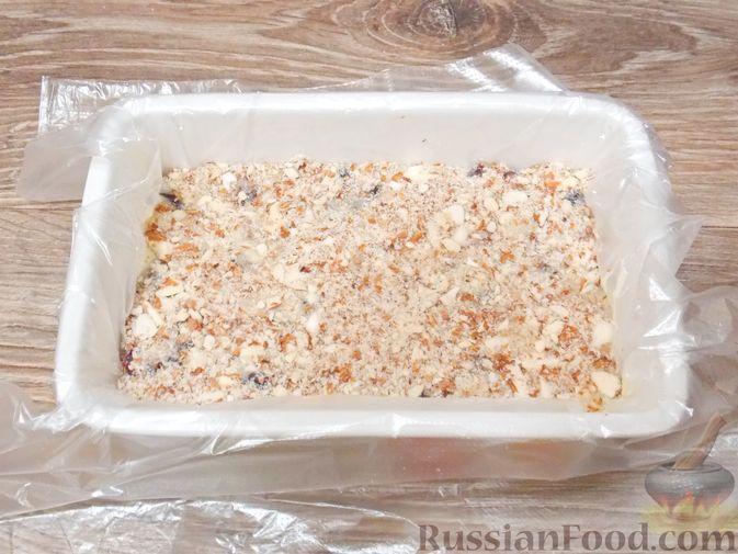 Фото приготовления рецепта: Конфеты из белого шоколада, сгущёнки, орехов и вяленой клюквы - шаг №10