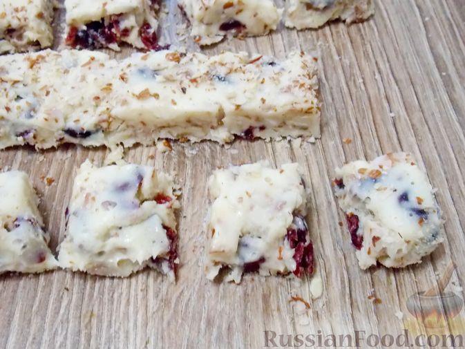 Фото приготовления рецепта: Конфеты из белого шоколада, сгущёнки, орехов и вяленой клюквы - шаг №11