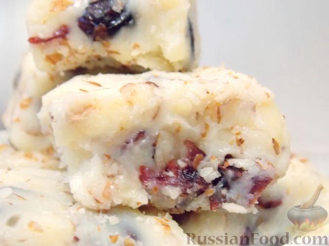 Фото приготовления рецепта: Конфеты из белого шоколада, сгущёнки, орехов и вяленой клюквы - шаг №13