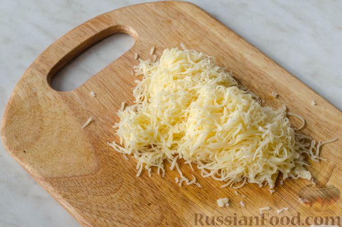 Фото приготовления рецепта: Гречка со сметаной, яйцами и грибами - шаг №10