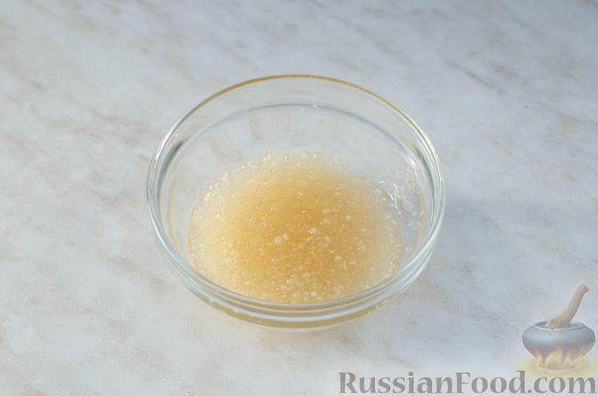 Фото приготовления рецепта: Закуска из сельди со сметаной, сладким перцем, маринованным огурцом и морковью - шаг №4