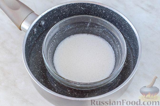 Фото приготовления рецепта: Закуска из сельди со сметаной, сладким перцем, маринованным огурцом и морковью - шаг №5