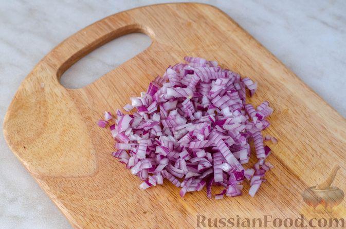 Фото приготовления рецепта: Закуска из сельди со сметаной, сладким перцем, маринованным огурцом и морковью - шаг №9