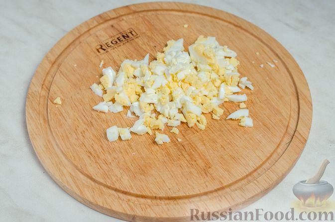 Фото приготовления рецепта: Закуска из сельди со сметаной, сладким перцем, маринованным огурцом и морковью - шаг №10