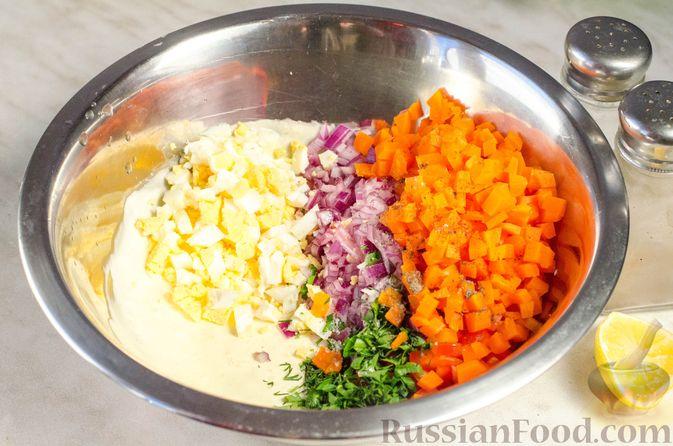 Фото приготовления рецепта: Закуска из сельди со сметаной, сладким перцем, маринованным огурцом и морковью - шаг №12