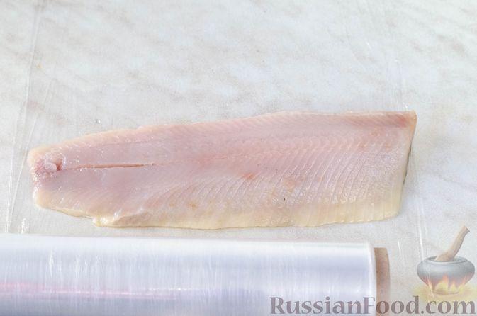 Фото приготовления рецепта: Закуска из сельди со сметаной, сладким перцем, маринованным огурцом и морковью - шаг №14