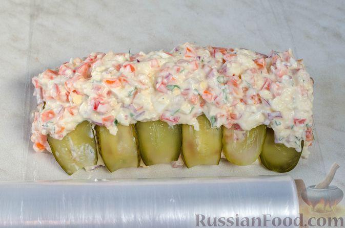 Фото приготовления рецепта: Закуска из сельди со сметаной, сладким перцем, маринованным огурцом и морковью - шаг №18