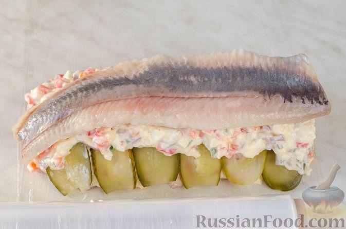 Фото приготовления рецепта: Закуска из сельди со сметаной, сладким перцем, маринованным огурцом и морковью - шаг №19