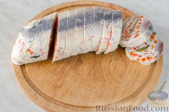 Фото приготовления рецепта: Закуска из сельди со сметаной, сладким перцем, маринованным огурцом и морковью - шаг №21