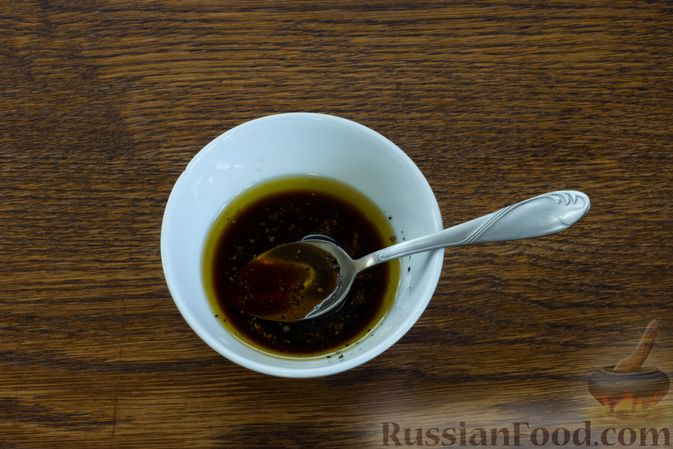 Фото приготовления рецепта: Салат с грушей, сыром фета и сухариками - шаг №2