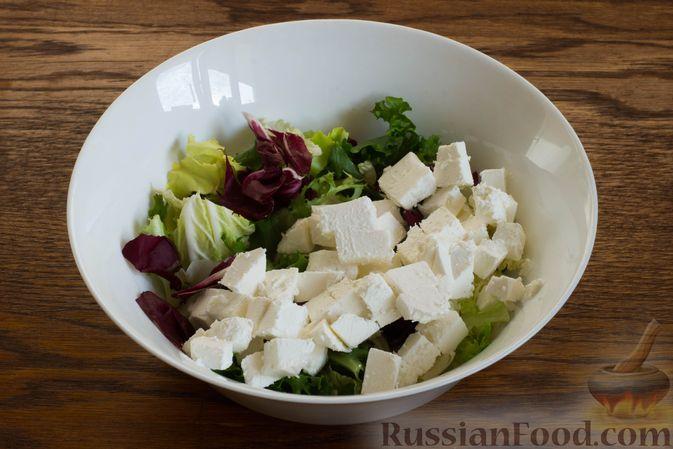 Фото приготовления рецепта: Салат с грушей, сыром фета и сухариками - шаг №4