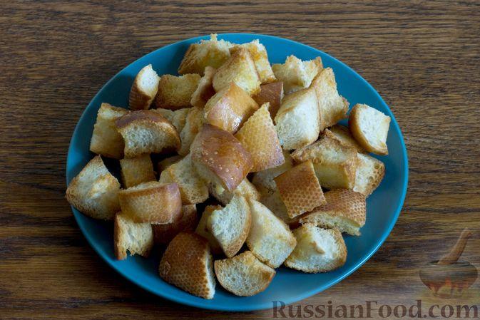 Фото приготовления рецепта: Салат с грушей, сыром фета и сухариками - шаг №3