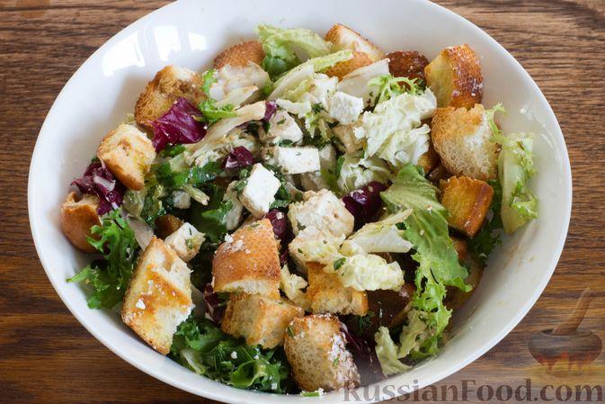 Фото приготовления рецепта: Салат с грушей, сыром фета и сухариками - шаг №6