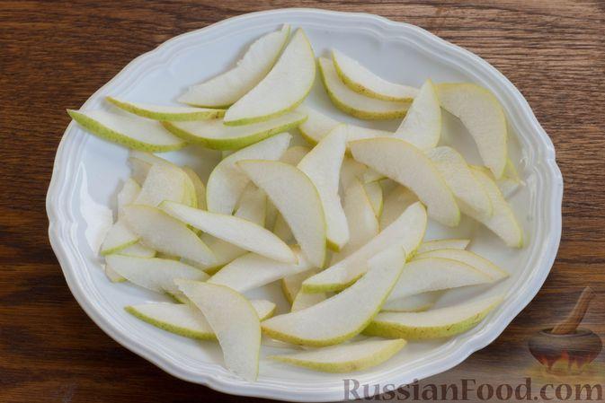 Фото приготовления рецепта: Салат с грушей, сыром фета и сухариками - шаг №7