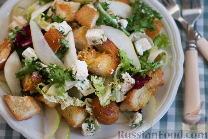 Фото приготовления рецепта: Салат с грушей, сыром фета и сухариками - шаг №8