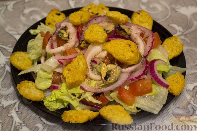 Фото приготовления рецепта: Слоёный салат со шпротами, картофелем,  солёными огурцами и маслинами - шаг №6