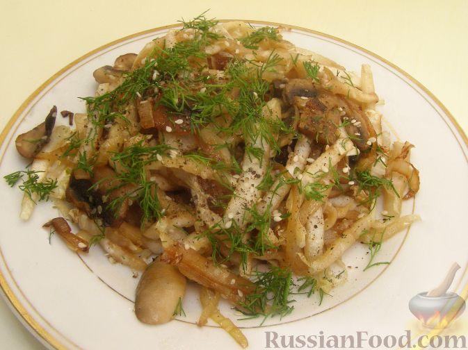 Фото к рецепту: Теплый салат из шампиньонов и пекинской капусты
