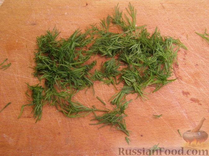 Фото приготовления рецепта: Теплый салат из шампиньонов и пекинской капусты - шаг №4