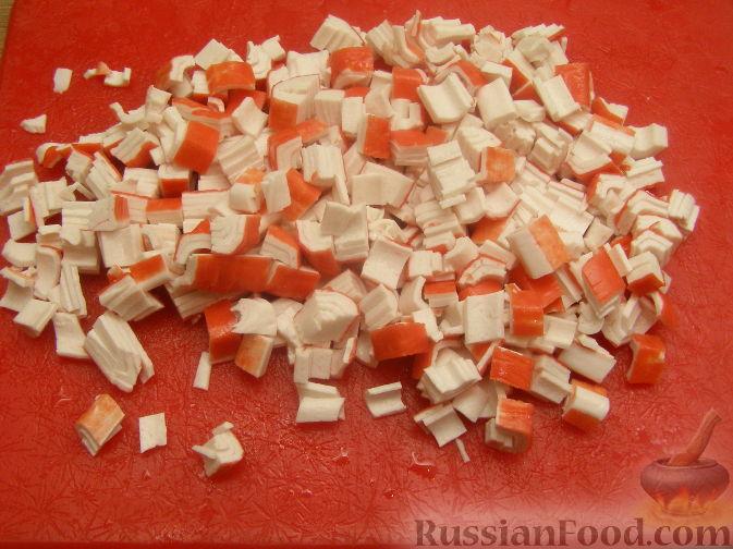 Фото приготовления рецепта: Салат из крабовых палочек с огурцом - шаг №3