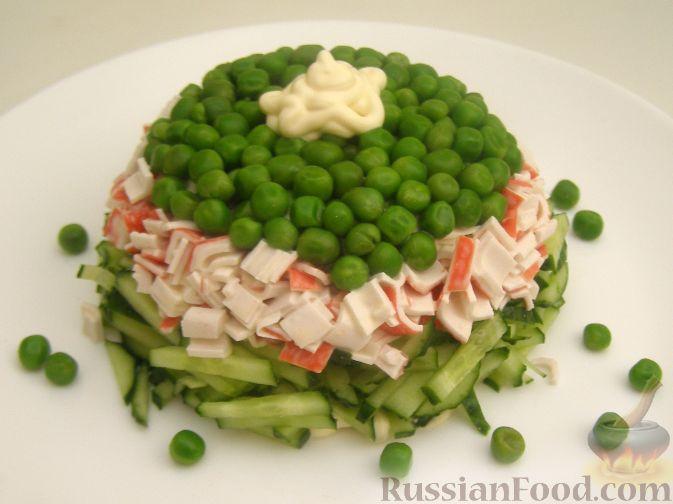 Фото приготовления рецепта: Салат из крабовых палочек с огурцом - шаг №9