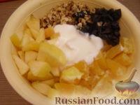 Фото приготовления рецепта: Фруктовый салат с черносливом - шаг №7