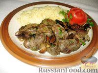 Фото к рецепту: Куриная печень с черносливом и луком