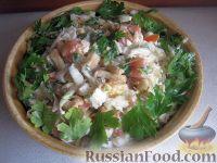 """Фото к рецепту: Салат с сухариками и капустой """"Вкусняшка"""""""
