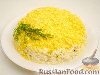 """Фото к рецепту: Салат """"Мимоза"""" из лосося с сыром"""
