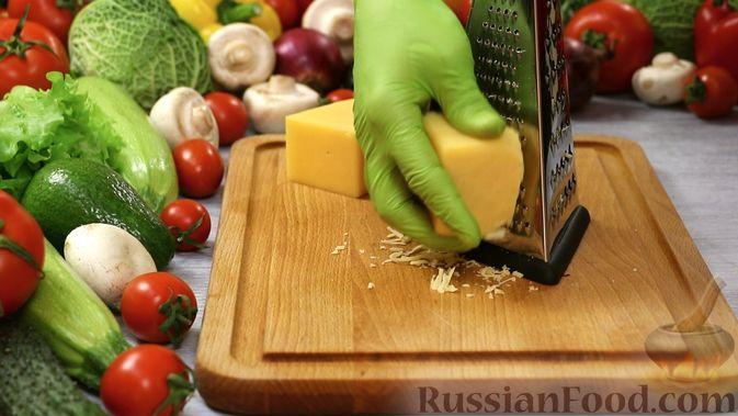 Фото приготовления рецепта: Закуска из малосольной скумбрии, маринованных огурцов и варёных яиц - шаг №5