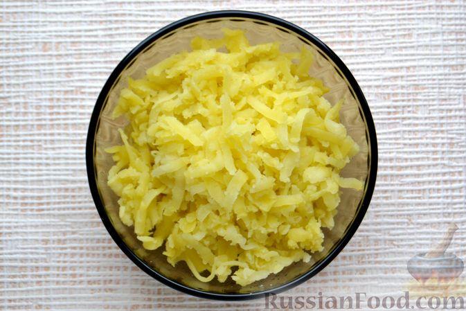 Фото приготовления рецепта: Конвертики из лаваша со шпротами, яйцами, картофелем и солеными огурцами - шаг №2