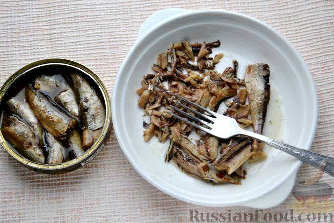 Фото приготовления рецепта: Конвертики из лаваша со шпротами, яйцами, картофелем и солеными огурцами - шаг №5