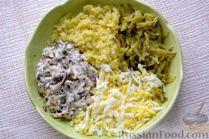 Фото приготовления рецепта: Конвертики из лаваша со шпротами, яйцами, картофелем и солеными огурцами - шаг №7