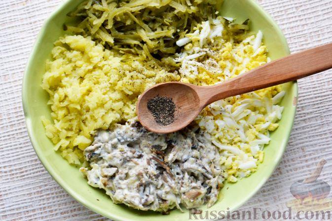 Фото приготовления рецепта: Конвертики из лаваша со шпротами, яйцами, картофелем и солеными огурцами - шаг №8