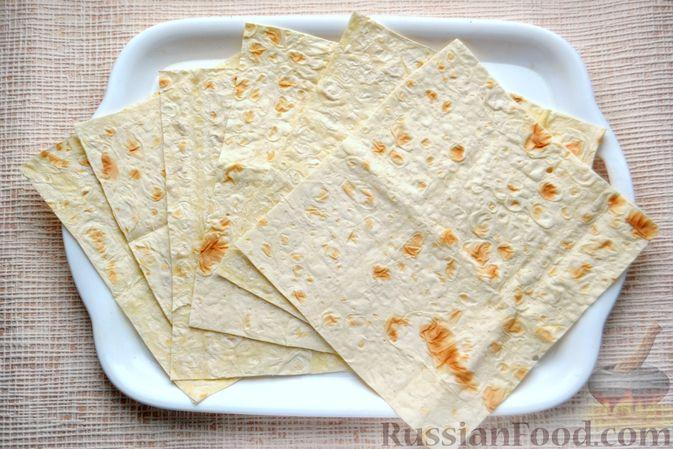 Фото приготовления рецепта: Конвертики из лаваша со шпротами, яйцами, картофелем и солеными огурцами - шаг №9