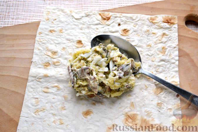 Фото приготовления рецепта: Конвертики из лаваша со шпротами, яйцами, картофелем и солеными огурцами - шаг №10