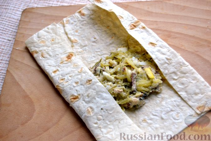 Фото приготовления рецепта: Конвертики из лаваша со шпротами, яйцами, картофелем и солеными огурцами - шаг №11