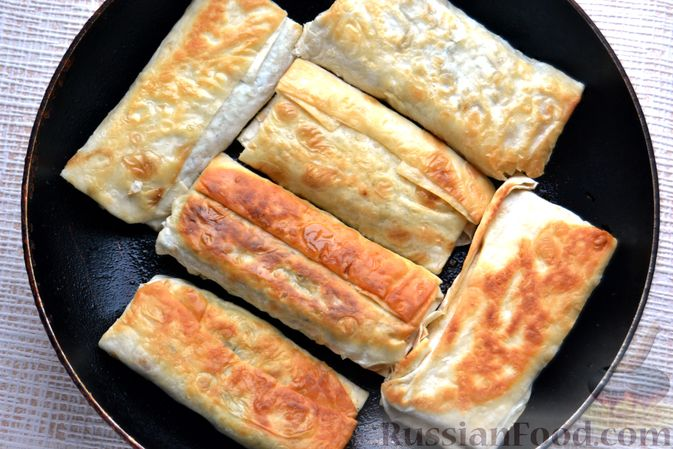 Фото приготовления рецепта: Конвертики из лаваша со шпротами, яйцами, картофелем и солеными огурцами - шаг №15