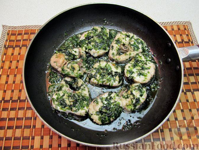 Фото приготовления рецепта: Свиные отбивные, тушенные в томатном соусе, с сыром (в духовке) - шаг №5