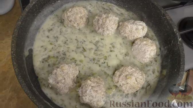 Фото приготовления рецепта: Свиные тефтели, тушенные в миндальном соусе с белым вином - шаг №2