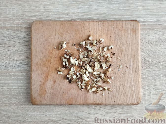 Фото приготовления рецепта: Салат из тыквы с яйцом и грецкими орехами - шаг №4