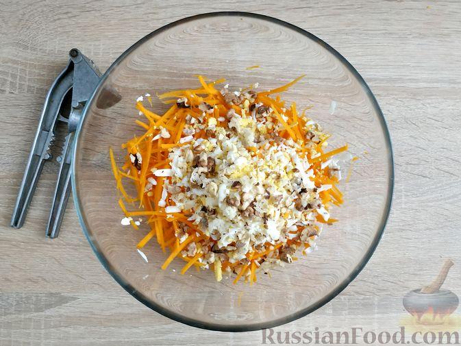 Фото приготовления рецепта: Салат из тыквы с яйцом и грецкими орехами - шаг №6